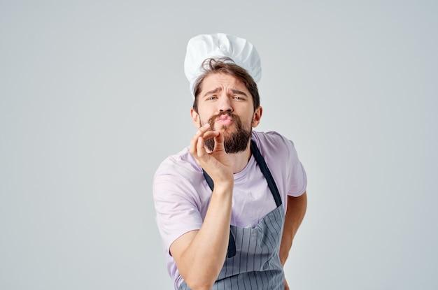 Man in koksuniform emoties professioneel werk restaurantindustrie