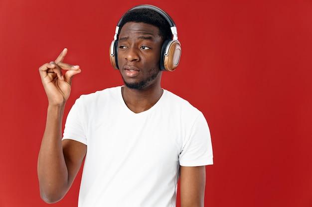 Man in koptelefoon luisteren naar muziek in witte t-shirt geïsoleerde achtergrond