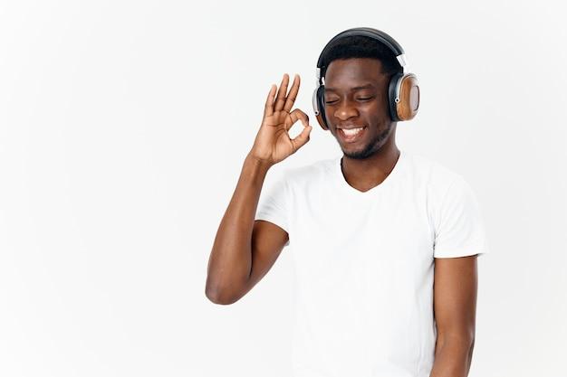 Man in koptelefoon pro witte tshirts technologie muziekliefhebber lichte achtergrond