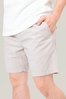 Man in korte broek zomer mode fotoshoot close-up