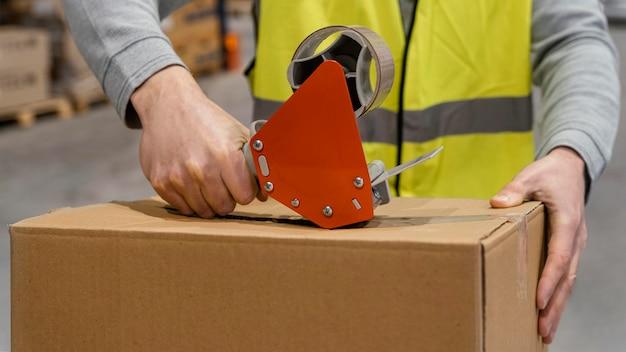 Man in magazijn werken met pakketten