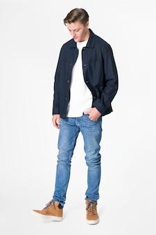 Man in marineblauw jasje en spijkerbroek streetwear