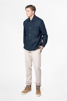 Man in marineblauw shirt en broek vrijetijdskleding mode full body