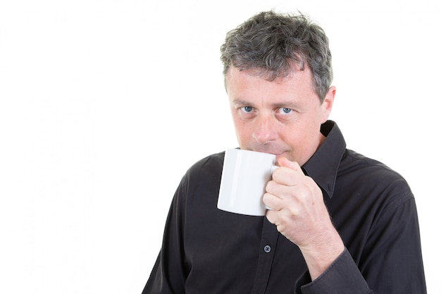 Man in office kleding bedrijf koffiemok drinken
