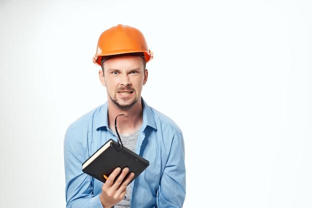 Man in oranje helm bescherming beroepsberoep