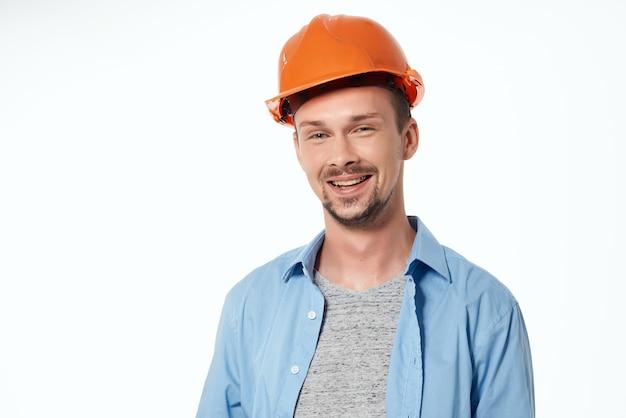 Man in oranje helm professionele baan geïsoleerde achtergrond