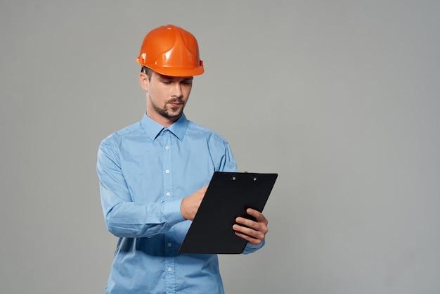 Man in oranje helm professionele baan werkend beroep