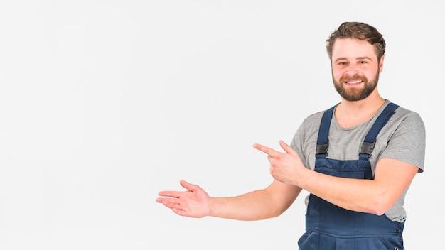 Man in overall wijzende vinger weg