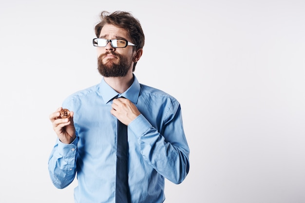 Man in overhemd met stropdas cryptocurrency bitcoin financier app economie