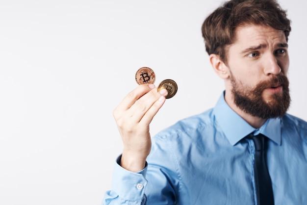 Man in overhemd met stropdas emoties cryptocurrency bitcoin elektronisch geld investering