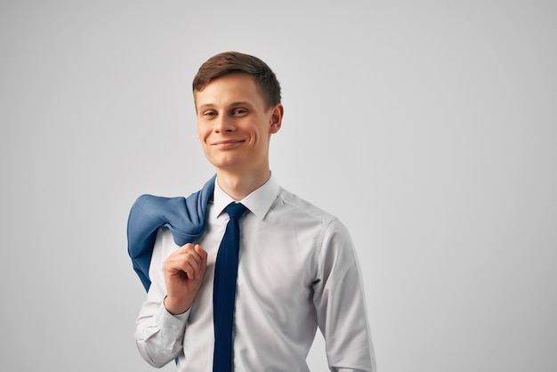 Man in overhemd met stropdas en jas op zijn schouders fashion work