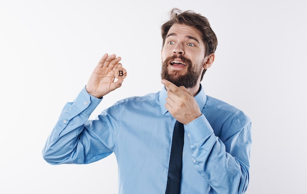Man in overhemd met stropdas gouden munt economie financiën