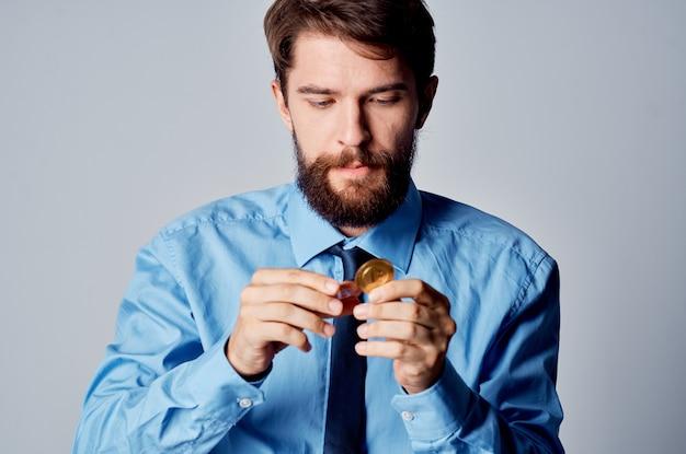 Man in overhemd met stropdas internet financiën investeren handel