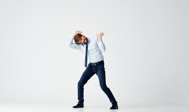 Man in overhemd met stropdas officemanager financiën emoties