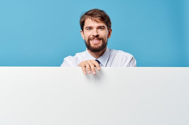 Man in overhemd met stropdas presentatie advertentie officiële blauwe achtergrond