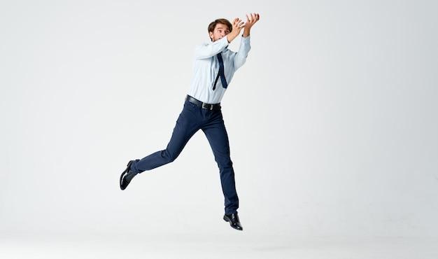 Man in overhemd met stropdas springen emoties kantoor