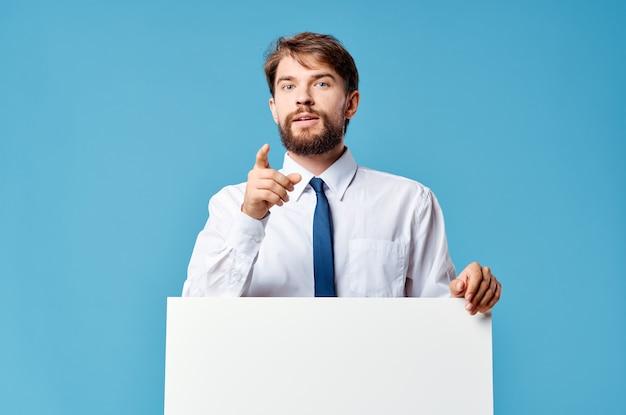 Man in overhemd met stropdas witte mockup advertentie presentatie blauwe achtergrond