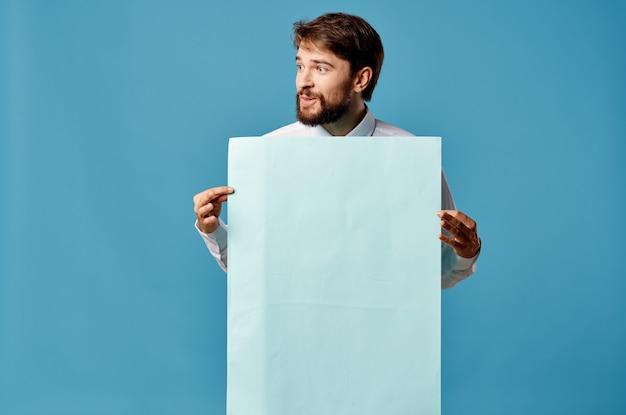Man in overhemd met stropdasbanners in de handen van een officiële reclamemarketing.