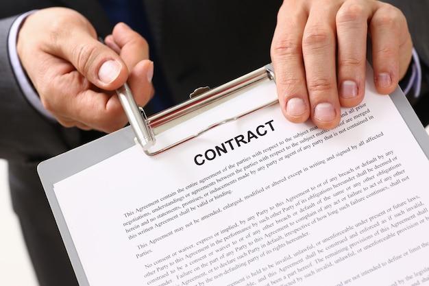 Man in pak bieden contractvorm op klembord pad