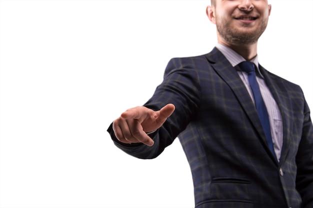 Man in pak drukt de vinger op het display