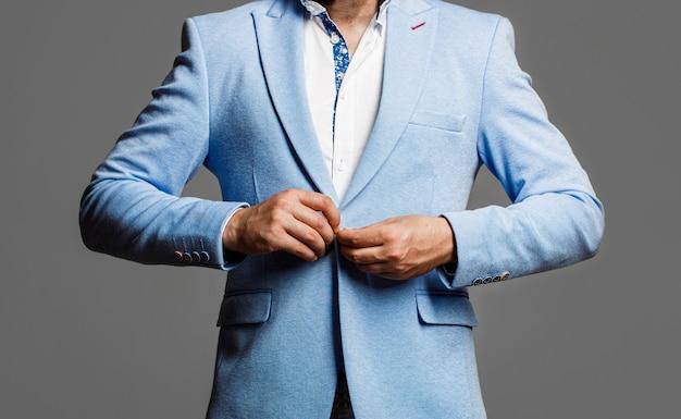 Man in pak. elegante man in pak. sexy mannelijke, brutale macho. mannetje in smoking. elegante knappe man in pak.