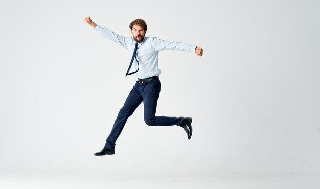 Man in pak emoties kantoor sprong lichte achtergrond