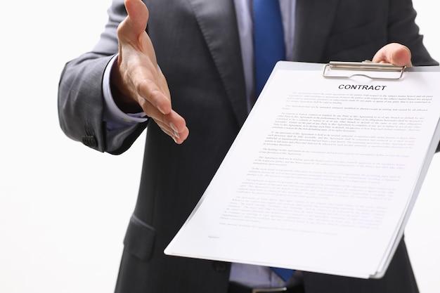 Man in pak en stropdas geven de hand als hallo op kantoor