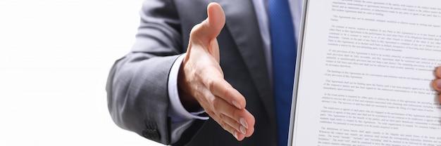 Man in pak en stropdas geven hand als hallo