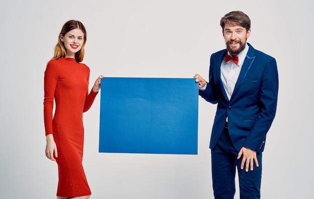 Man in pak en vrouw in jurk advertentie-aankondiging model poster mockup