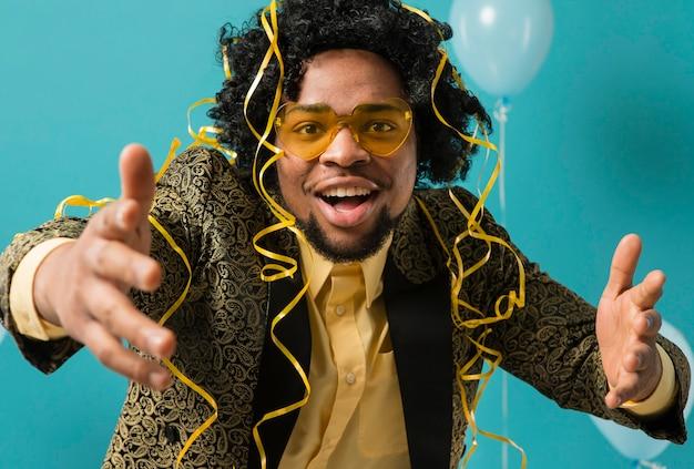 Man in pak en zonnebril op feestje met ballonnen portret
