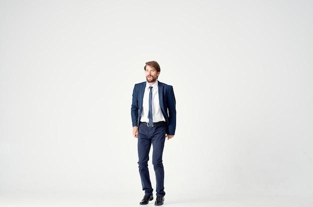 Man in pak manager kantoor emoties beweging lichte achtergrond. hoge kwaliteit foto