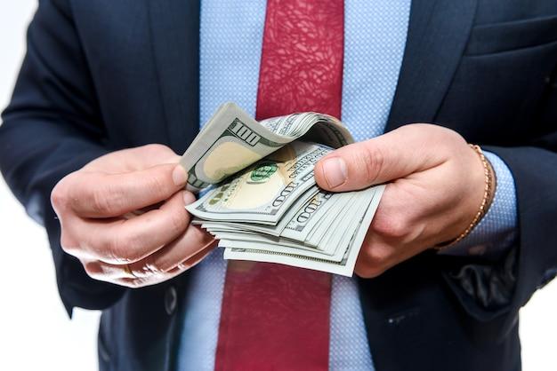 Man in pak met dollar biljetten close-up