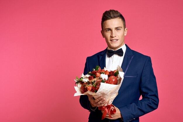 Man in pak met een boeket bloemen
