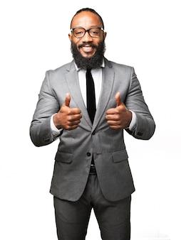 Man in pak met een thumbs up