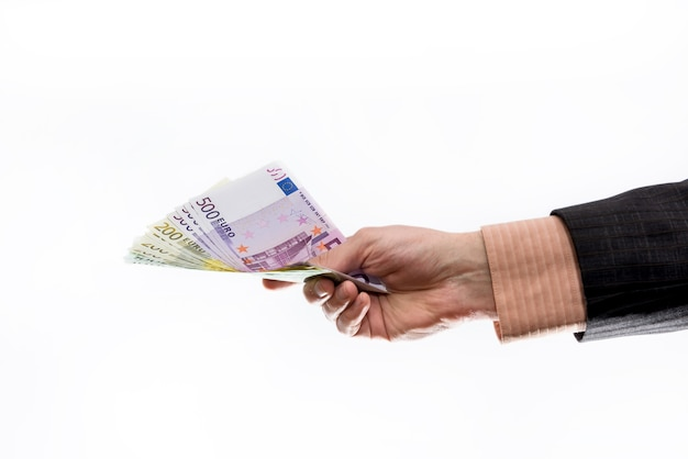 Man in pak met eurobankbiljetten geïsoleerd op wit