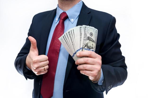 Man in pak met geïsoleerde dollar biljetten