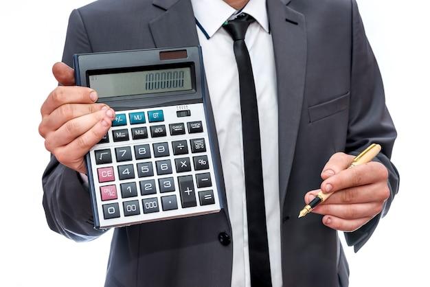 Man in pak met rekenmachine op wit