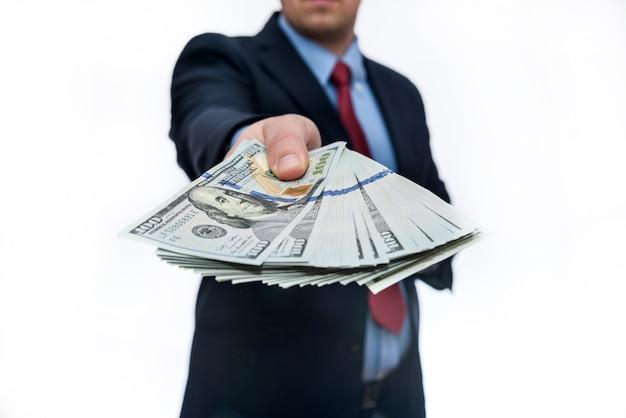 Man in pak op witte achtergrond met dollar biljetten