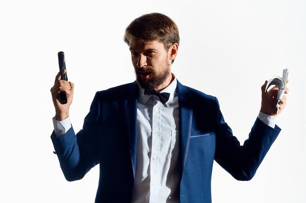 Man in pak pistool geld gangster bedrijfslicht.
