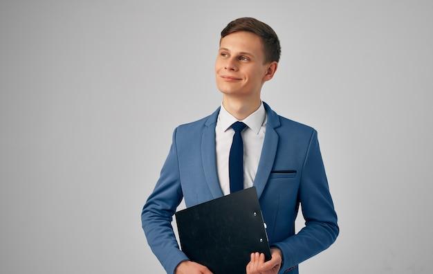 Man in pak stropdas zelfvertrouwen officiële documenten zakenman
