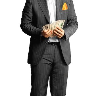 Man in pak telt het geld. bedrijfsconcept
