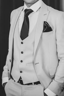 Man in pak, vest, stropdas. zwart-wit foto.