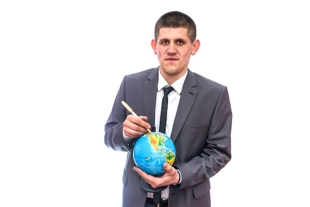 Man in pak wijzend met pen op wereldbol