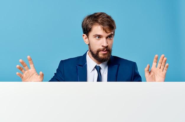 Man in pak witte mockup officiële presentatie