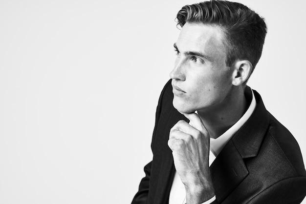 Man in pak zelfvertrouwen mode poseren moderne stijl