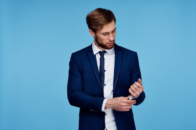 Man in pak zelfvertrouwen mode studio financiën