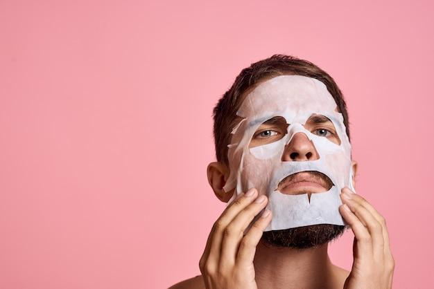 Man in reinigingsmasker op roze achtergrond