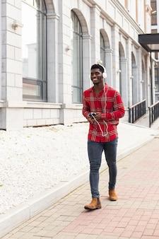 Man in rood shirt lopen afstandsschot