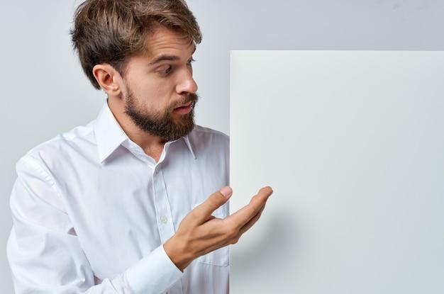 Man in shirt emoties witte banner reclame ambtenaar.