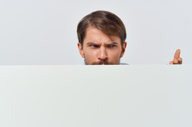 Man in shirt met een promotie-poster